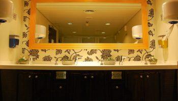 Auch die öffentlichen Restrooms kommen mit eleganten Tapeten, dunklen Möbeln und allen notwendigen Necessaires schick daher © Melanie Kiel