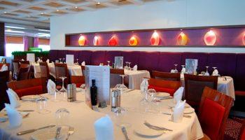Sowohl von der Aufteilung als auch in puncto Design außerordentlich gelungen ist das große Waterfront Restaurant auf Deck 7 © Melanie Kiel