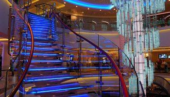 Die in verschiedenen Farben leuchtende Treppe verbindet die Decks 6 bis 8 © Melanie Kiel