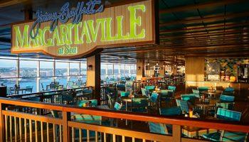 Snacks, Cocktails und tropische Klänge, dazu den weiten Blick aufs Meer gibt's in Jimmy Buffett's Margaritaville at Sea auf Deck16 © Melanie Kiel