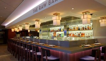 Neben dem Ocean Blue auf Deck 8 befindet sich die Raw Bar. Wer Lust auf feine Seafood-Snacks wie Austern oder Shrimps zu einem Glas Wein hat, ist hier richtig © Melanie Kiel