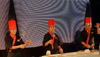 Beim Teppanyaki im gleichnamigen Restaurant auf Deck 6 werden Messer geworfen, Eier jongliert, Steaks und Meeresfrüchte auf einem authentischen japanischen Hibachi gebrutzelt © Melanie Kiel