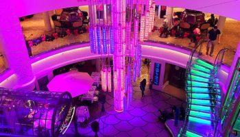 Herzstück und Hingucker ist ein riesiger Leuchter, der über dem Atrium in bunten Farben leuchtet © Melanie Kiel
