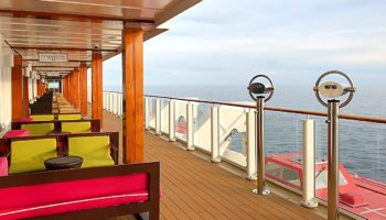 Entlang der Waterfront gibt es diverse Plätze zum Sitzen und Schauen - auch Ferngläser sind vorhanden © Melanie Kiel