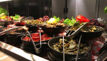 An den Food-Stationen gibt's was Herz und Magen begehren - Salate, Fleischspezialitäten, Pasta ganz nach Wunsch, Omeletts, Waffeln, Desserts, Softeis und vieles mehr © Melanie Kiel