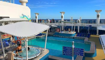 Zwei Poolbereiche befinden sich auf Deck 15 - zum einen der Aqua Park samt Pool und Kids Aqua Park, zum anderen der von vier Whirlpools flankierte Waves Pool © Melanie Kiel