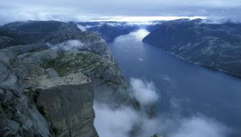 Der Felsvorsprung des Preikestolen ragt 604 Meter über den Lysefjord. Nur Mutige wagen sich vor bis zum Rand. © Casper Tybjerg - Visitnorway.com