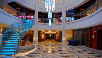 Im Herzen des Schiffes befindet sich der 678 Ocean Place. Über dem offenen Atrium schwebt ein eindrucksvoller Leuchter, dessen Farben beständig wechseln. Das Atrium erstreckt sich über die Decks 6 bis 8 © Melanie Kiel