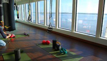 Ob Pilates-Session, Yogastunde, Spinnig oder Fitness an Geräten - auf der Norwegian Bliss trainiert man mit Meerblick (Deck 16) © Melanie Kiel