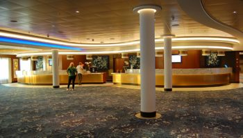 Offen und weitläufig ist das Foyer samt Rezeption der Norwegian Bliss © Melanie Kiel