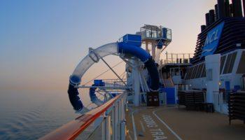 Rutschen hoch über dem Meer: Nervenkitzel ist auf der Tandem-Wasserrutsche Aqua Racer garantiert. Ein Teilstück ragt über die Bordwand hinaus © Melanie Kiel