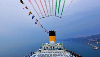 """Die berühmte italienische Kunstflugstaffel """"Frecce Tricolori"""" über den Hafen von Triest © Costa Kreuzfahrten"""