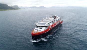Das hybridbetriebene Expeditionsschiff MS Roald Amundsen © Hurtigruten
