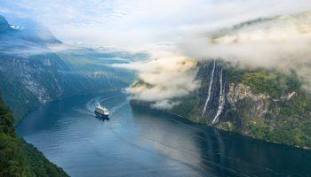 Mein Schiff von TUI Cruises im Geiranger Fjord © Fabio Kohler